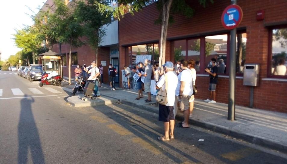 Imatge d'una de les concentracions de protesta davant del CAP de la Granja promoguda per un grup de veïns.