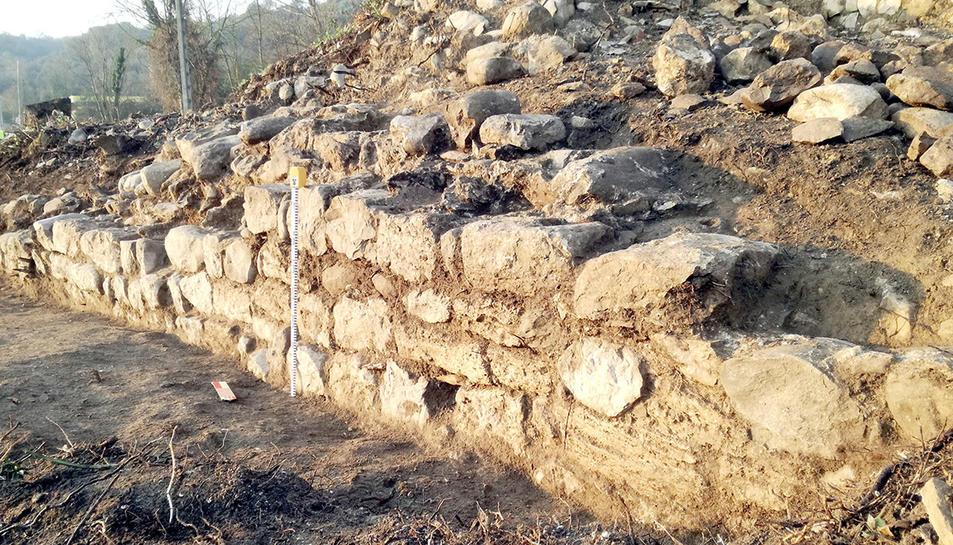 Els murs conservats de la casa forta a Fares.