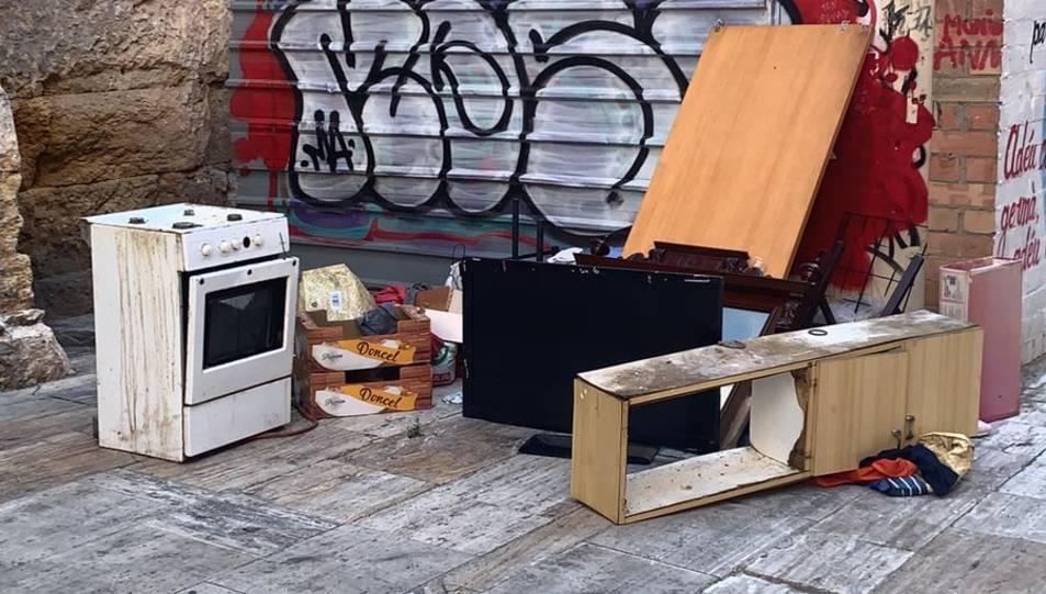 Una cuina i altres deixalles, ahir al carrer Ferrers.