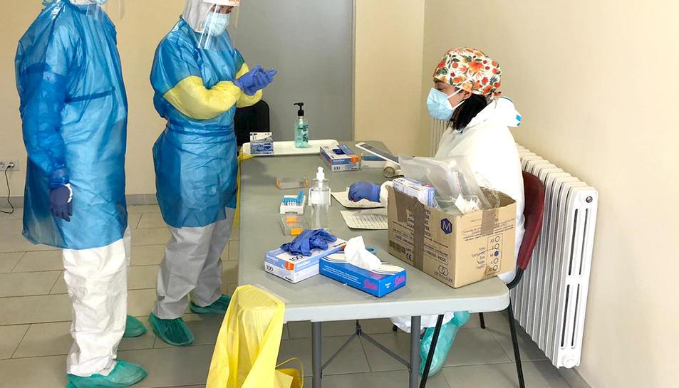 Professionals del Bus de la Salut efectuant proves de detecció de la covid-19.