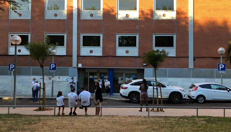 Persones esperant ahir a les portes del CAP de Bonavista, del qual depèn el centre de la Canonja.