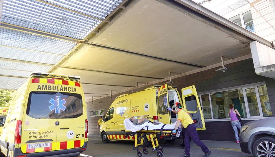 Arribada d'un malalt en ambulància a un centre hospitalari.
