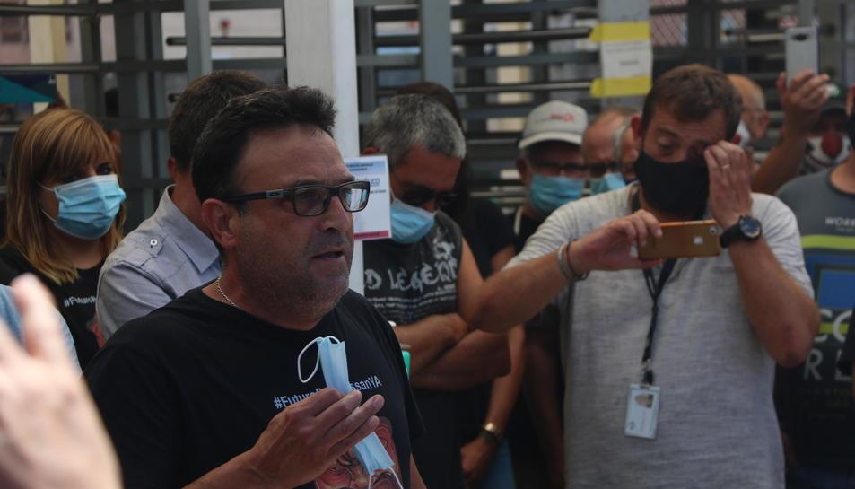 El representant sindical de la UGT de Nissan, Javi Hernández, adreçant-se als treballadors que estaven esperant davant l'entrada de la planta de la Zona Franca.