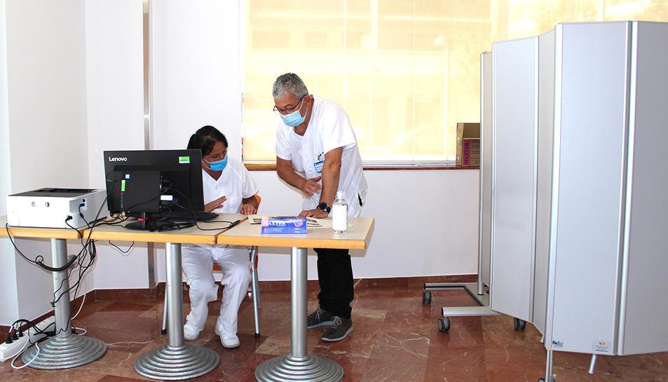 Dos membres de l'equip que fan proves PCR a l'Hotel Salut de Tarragona.