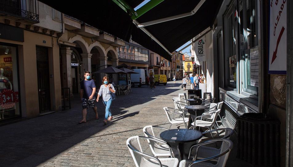 La terrassa d'un bar d'Aranda de Duero, buida.