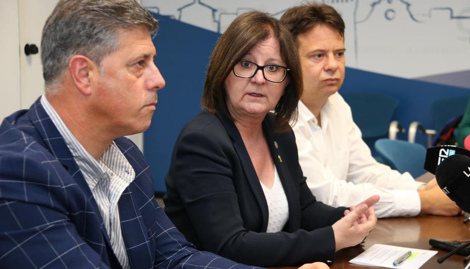 Presentació de l'acord de govern a Cambrils amb l'alcaldessa Camí Mendoza (ERC) al centre amb els representants de Junts per Cambrils, Josep Lluís Abella, i Nou Moviment Ciutadà, Oliver Klein.