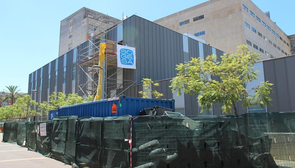 Obres al bloc quirúrgic de l'hospital Joan XXIII de Tarragona vistes des de l'exterior del centre.