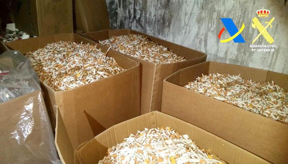 Les cigarretes falses elaborades i peparades per ser empaquetades.