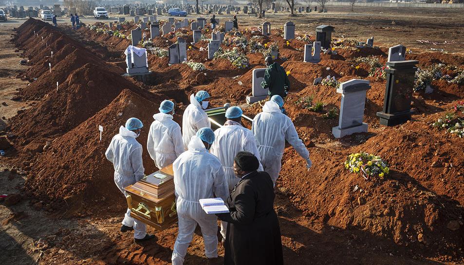 Enterrament d'una víctima de covid-19 a Sudàfrica.