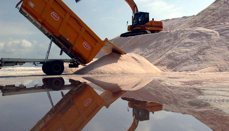 Imatge d'arxiu d'una excavadora durant recollida de la sal a les salines de la Trinitat.