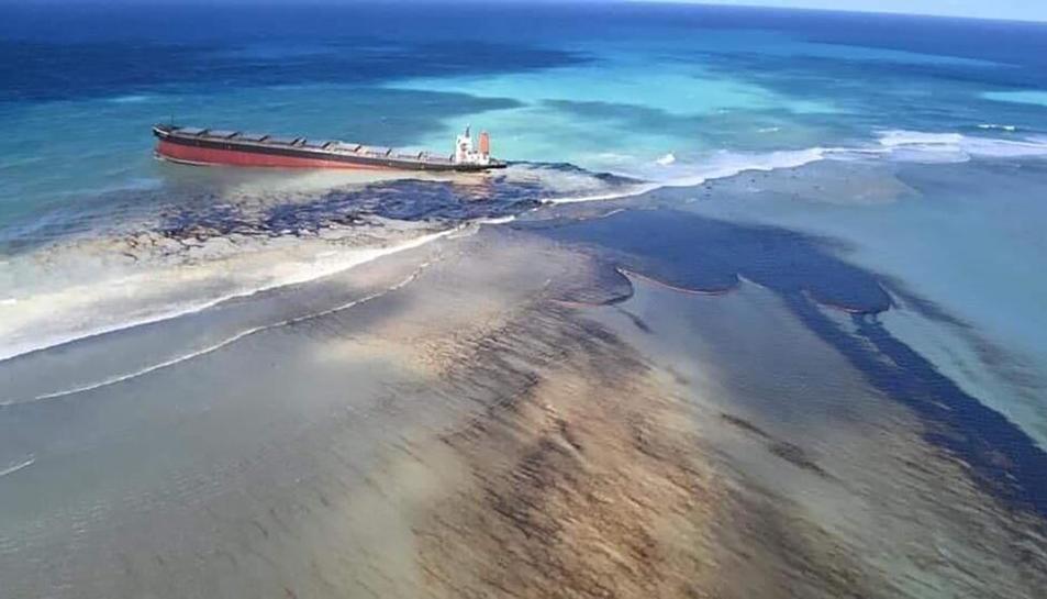Imatge del petrolier que ha provocat l'abocament