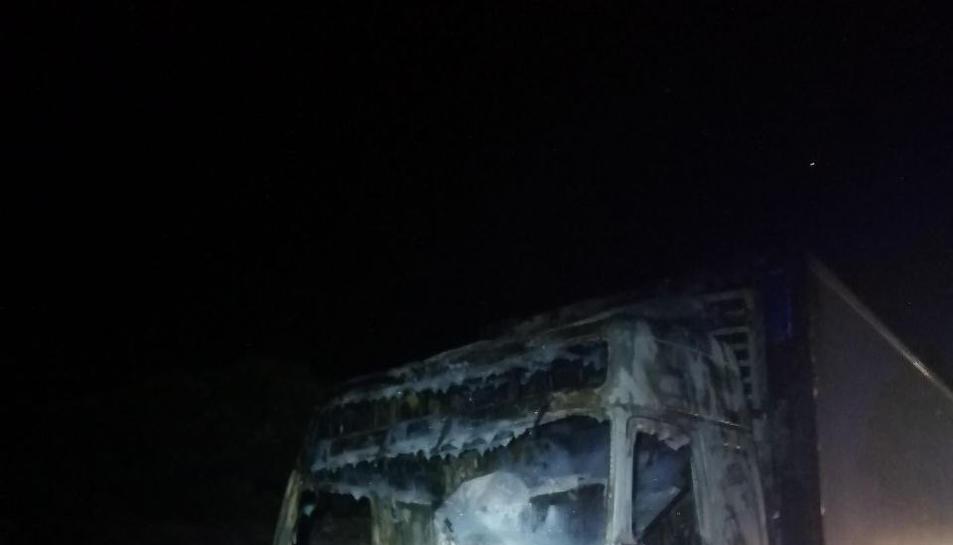 El foc ha cremat totalment el camió