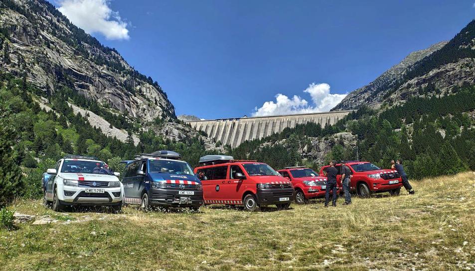 Cotxes de Bombers i Mossos en l'operatiu de recerca de l'excursionista a la Vall de Boí
