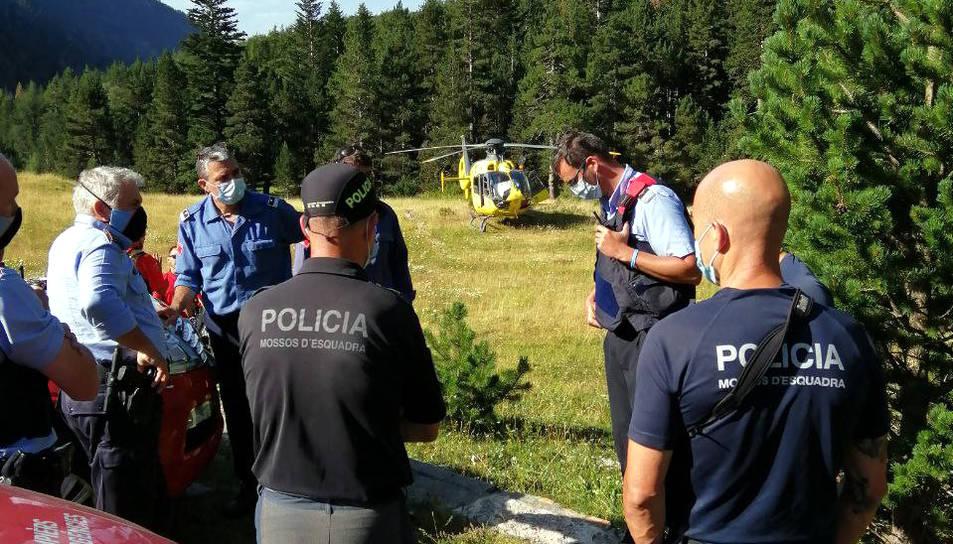 Bombers i policies reben instruccions en l'operatiu de recerca de l'excursionista desaparegut a la Vall de Boí