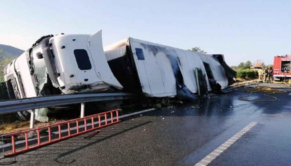Imatge del camió que ha quedat entre els dos carrils.