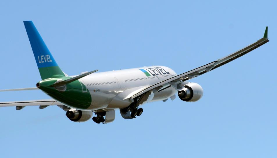 Un avió de Level enlairant-se