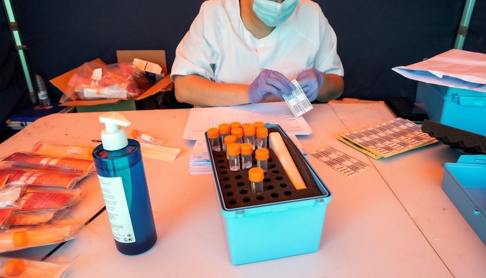 Una treballadora sanitària prepara un test PCR aquest dilluns en Aranda de Duero.