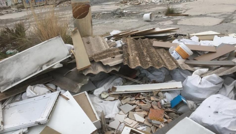 Material destruït en un polígon, amb restes d'amiant.