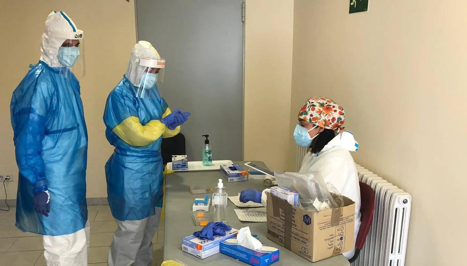 Imatge dels professionals del Bus de la Salut efectuant proves de detecció de la covid-19.