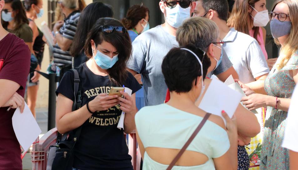 Pla obert de nombrosos ciutadans fent cua amb mascareta per accedir a fer-se una prova PCR a Vilafranca del Penedès.