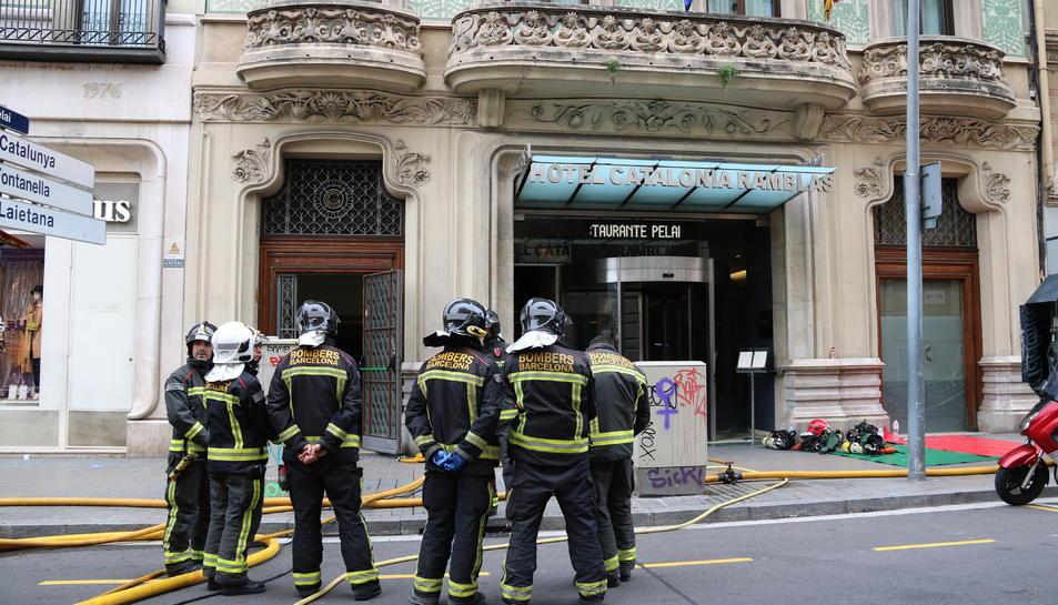 Bombers a la porta de l'Hotel Catalonia de Barcelona, al carrer Pelai.