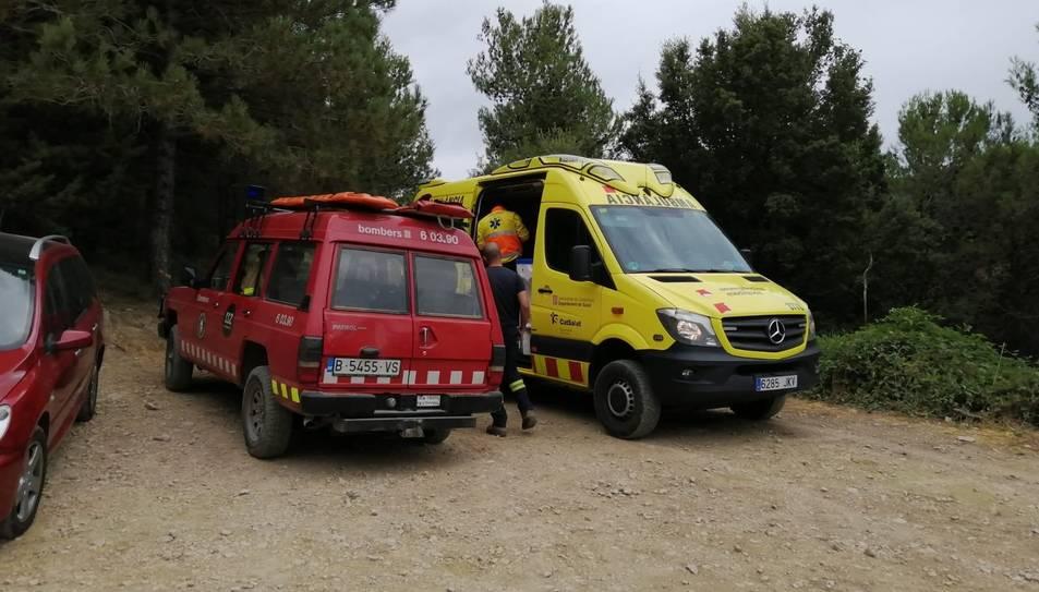 Imatge d'una unitat de Bombers i una ambulància als gorgs de la Febró.