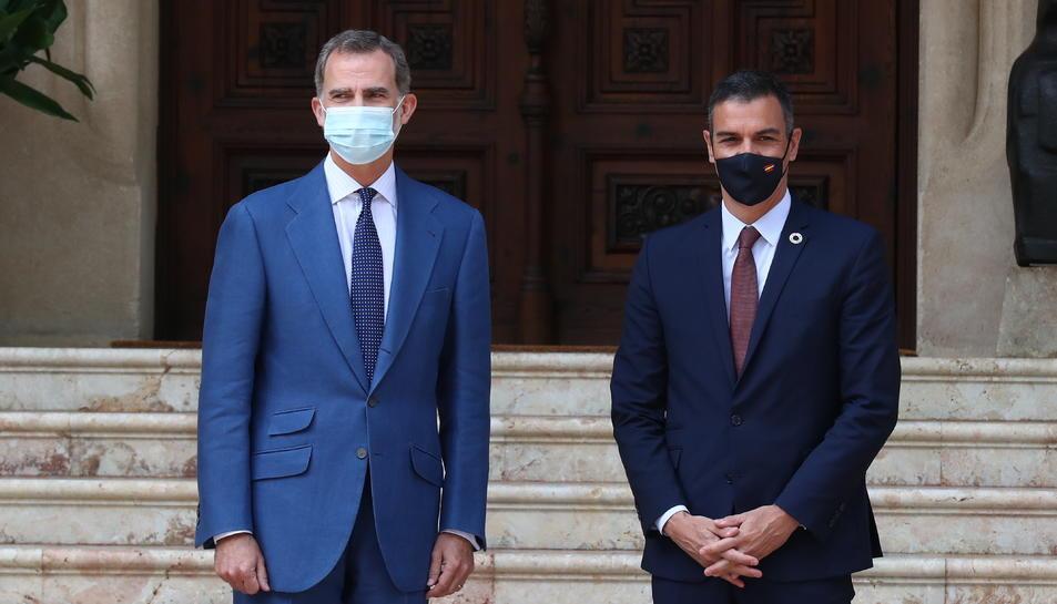 Pla mitjà del rei Felip VI i el president del govern espanyol, Pedro Sánchez.