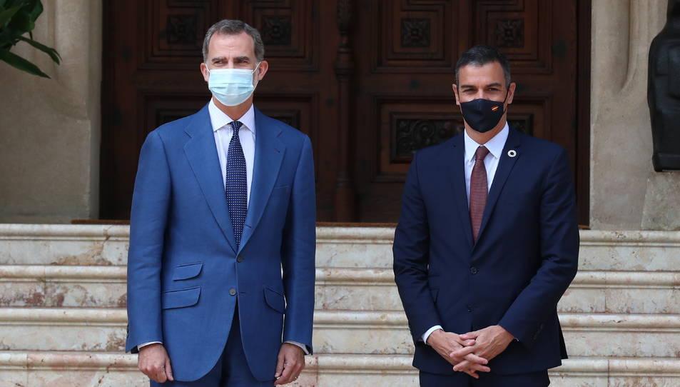El rei Felip VI i el president del govern espanyol, Pedro Sánchez, a l'entrada del Palau de Marivent.