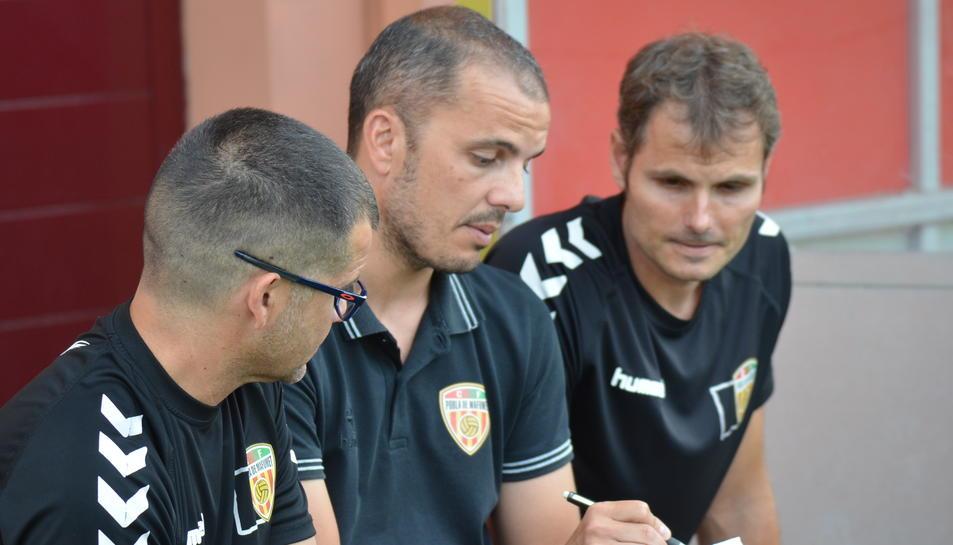 L'entrenador del CF Pobla de Mafumet, Albert Company, al centre de la imatge.