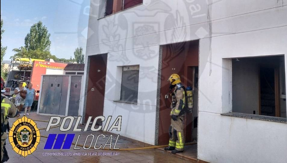 Un bomber al lloc de l'incendi.