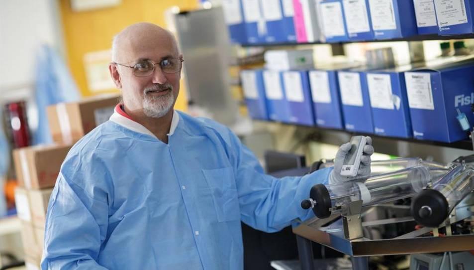 Fotografía cedida por la Universidad de Florida (UF) donde aparece el virólogo John Lednicky, quien lideró una investigación científica del establecimiento académico sobre el SARS-CoV-2.