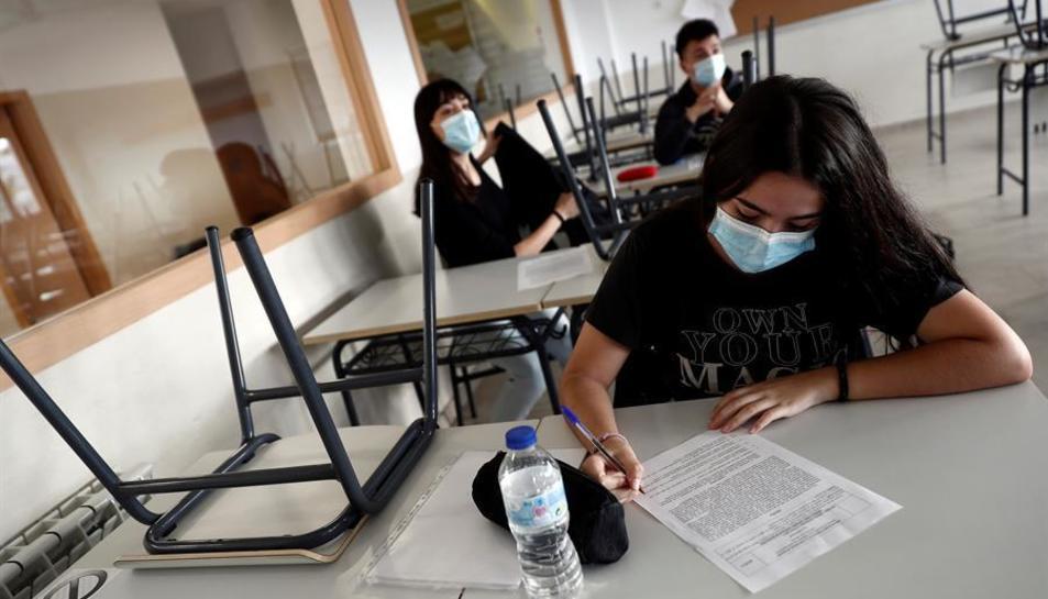 Diversos estudiants en una aula a l'IES Simone Veil de Paracuellos del Jarama, Madrid.