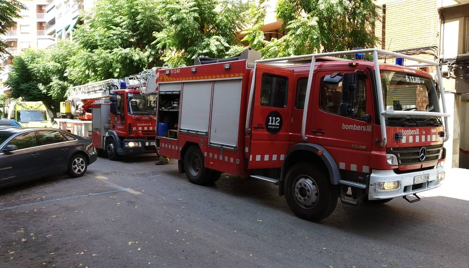 Imatge de dos vehicles de Bombers.