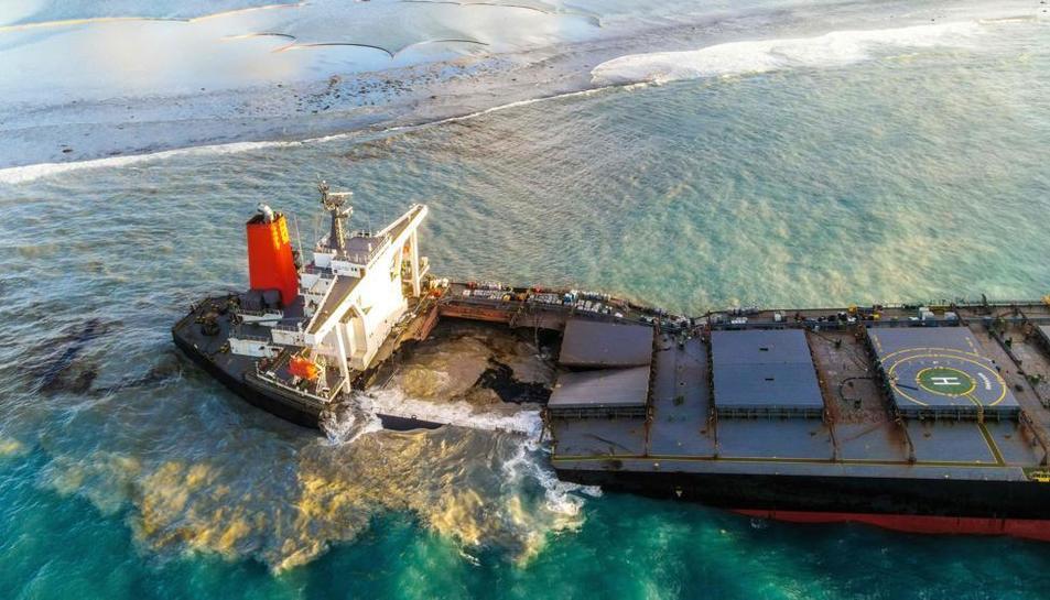 El vaixell es troba encallat des del passat dia 25 de juliol en els esculls dePointed'Esny