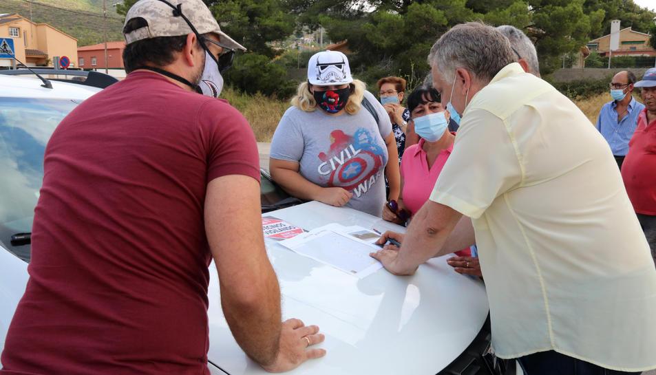 Pla obert d'un grup de veïns del Mirador del Penedès, al Montmell (Baix Penedès), organitzant-se per començar el patrullatge ciutadà