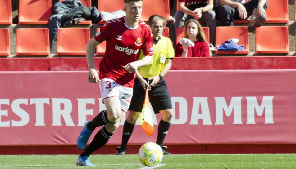Pol Domingo, durant una acció en duel al Nou Estadi la passada temporada.