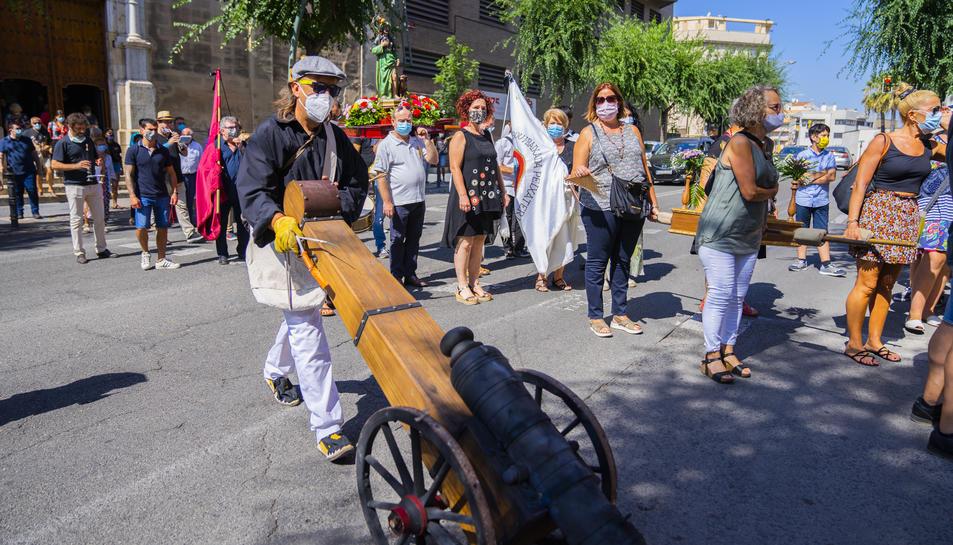 La tornada de l'ofici a la sortida de Sant Francesc, amb Sant Roc, la Mare de Déu, els abanderats i el canó de les festes.