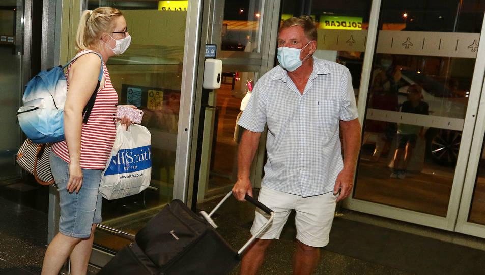 Uns viatgers amb mascareta a l'Aeroport, en una imatge d'arxiu.