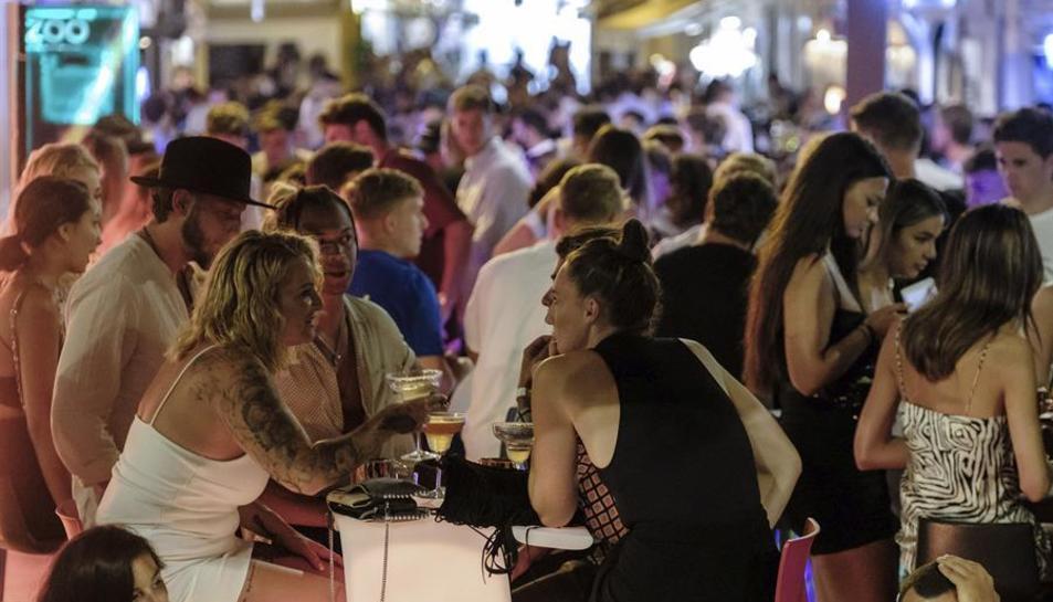 Imatge d'un local nocturn del Port d'Eivissa i el barri de la Marina.