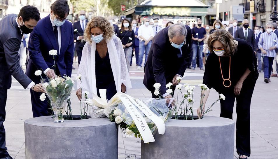 Torrent, Illa, Batet, Torra i Colau posant una flor en record i homenatge a les víctimes de l'atemptat del 17-A.