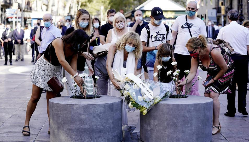 Familiars i amics de les víctimes i ferits de l'atemptat del 17-A posant flors en record i homenatge, el 17 d'agost del 2020.