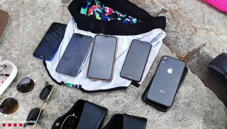 L'autor havia sostret ulleres de sol, claus d'apartaments, roba, targetes de crèdit i cinc telèfons mòbils, un dels quals s'havia amagat a la zona genital.