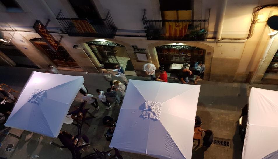 Foto feta pels veïns del centre per denunciar que els clients d'alguns bars ocupen les voreres.