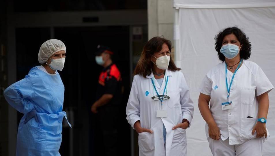 Sanitaris de la Creu Roja de guàrdia en un dels dispositius instal·lats a la ciutat de Santa Coloma de Gramanet.