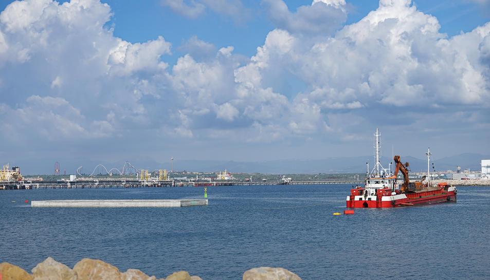 El Port de Tarragona va col·locar ahir el primer caixó de la nova terminal per a creuers.