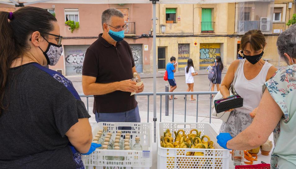 L'alcalde, Pau Ricomà, en un el punt de recollida de l'aigua de Sant Magí i dels càntirs a la plaça de la Pagesia.