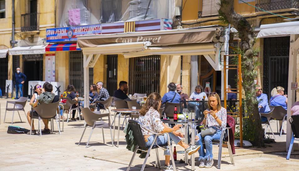 Imatge d'arxiu d'una terrassa a la plaça de la Font de Tarragona.
