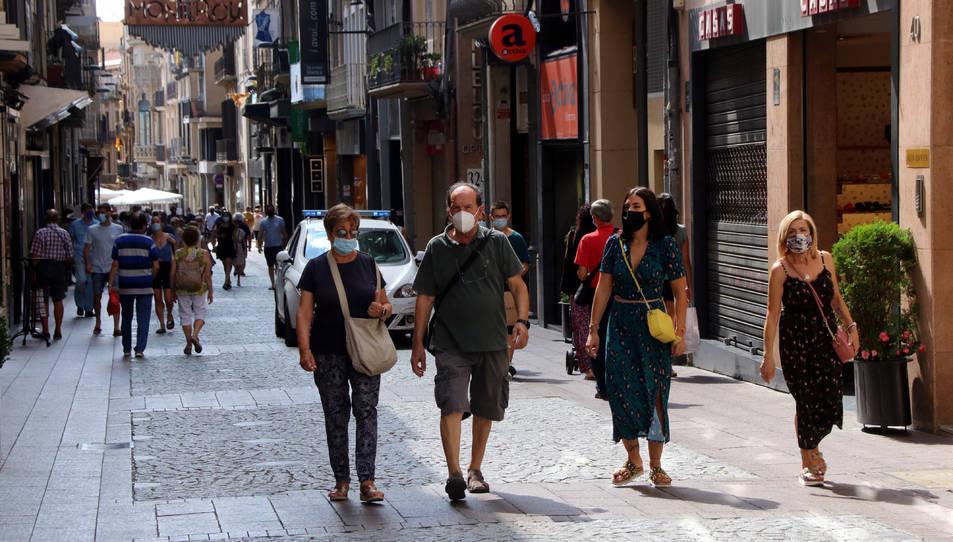 El carrer Monterols de Reus amb diverses persones caminant amb mascareta.