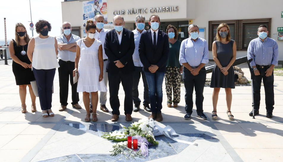 Una comitiva amb els subdelegats del govern espanyol a Tarragona i de Lleida, dipositant un ram de flors al Memorial per la Pau.