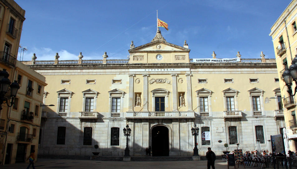 Imatge de la façana de l'Ajuntament de Tarragona, on s'ha donat més espai al Partit Popular.